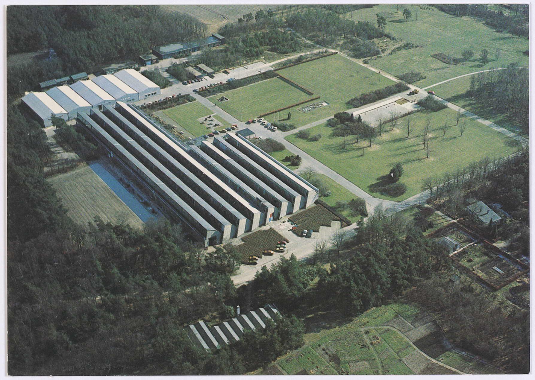 Luchtfoto van Weverij De Ploeg en het Ploegpark gefotografeerd vanuit het noord-westen