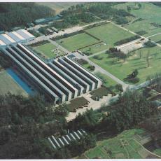 Luchtfoto van Weverij De Ploeg en het Ploegpark gefotografeerd vanuit het noord-westen - Pictura (fotografie), KLM Aerocarto (Schiphol)
