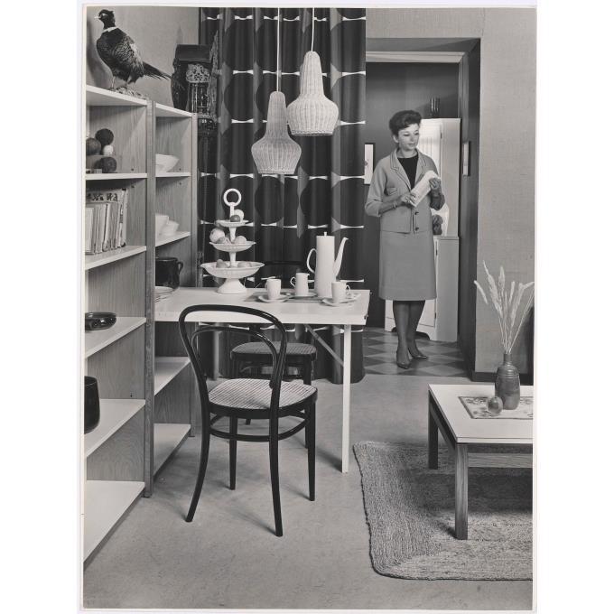 woonkamer setting met linoleum vloer en gordijnen van weverij de ploeg