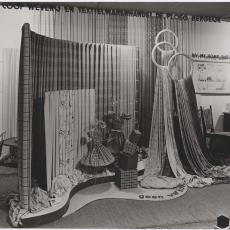 Presentatie van Ploegstoffen op de Jaarbeurs te Utrecht in 1941 - Wim Brusse (Amsterdam), Pictura (fotografie)