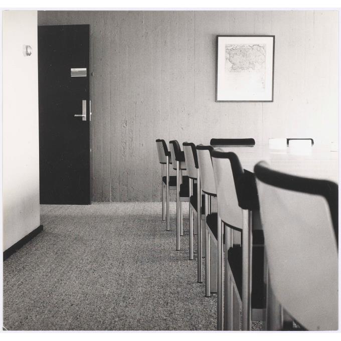 interieur vergaderzaal stadhuis eindhoven met vast tapijt van weverij de ploeg