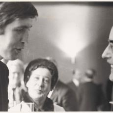 Heer L. de Vries in gesprek met lachende burgemeester van Heemstede - Pictura (fotografie), onbekend