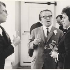 Twee dames en heer samen in gesprek - Pictura (fotografie), onbekend
