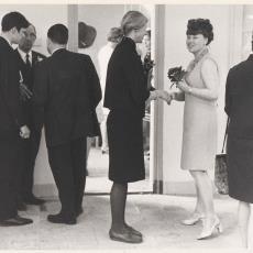 Genodigden in ontvangsthal van de nieuwe Weverij De Ploeg vestiging te Heemstede - Pictura (fotografie), onbekend