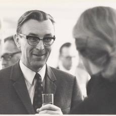 Heer A. Buiter in gesprek met de echtgenote van raadslid D.J. Enschedé uit Heemstede - onbekend, Pictura (fotografie)