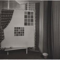 Presentatie op beurs van Ploegstoffen met streep- en ruitdessin - Pictura (fotografie), Ed van der Elsken (Amsterdam)