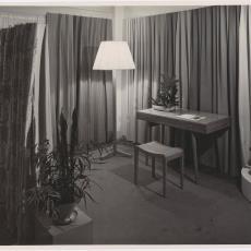 Beursstand ingericht met Spectrum meubilair en gordijnstoffen van Weverij De Ploeg - Jaap d' Oliveira (Amsterdam), Pictura (fotografie)
