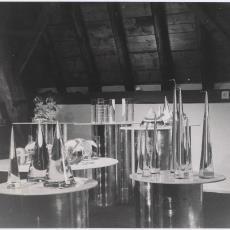 Glasobjecten vermoedelijk geëxposeerd in toonzaal (zolder) te Heemstede - onbekend