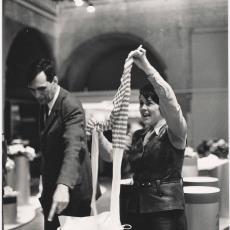 Dame haalt panty uit koker tijdens tentoonstelling - Cor van Weele (Amsterdam), Pictura (fotografie)