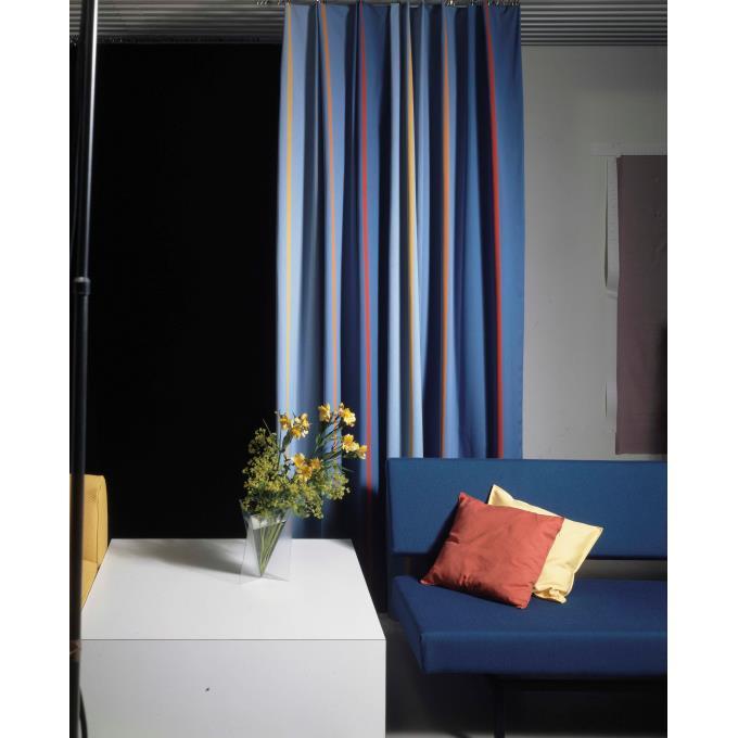 Zithoek met blauwe Spectrum bank en blauw gestreepte gordijnen ...