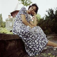 Dromerig in de camera kijkend model met lange jurk aan - Pictura (fotografie), Urs (Luzern Marty