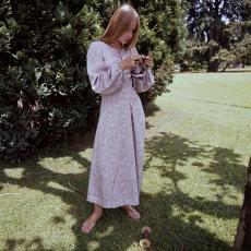 Model buiten poserend in lange jurk met lange mouwen - Pictura (fotografie), Urs (Luzern Marty