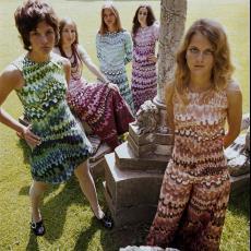 Vijf modellen gekleed in jurken van katoenen kledingstof 'Agrimonia' - Pictura (fotografie), Urs (Luzern Marty