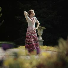 Model in lange jurk van kledingstof 'Agrimonia' - Pictura (fotografie), Urs (Luzern Marty