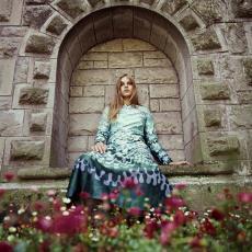 Model in lange groenachtige jurk van 'Agrimonia' kledingstof - Urs (Luzern Marty, Pictura (fotografie)