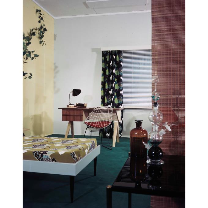 Slaapkamer ingericht met bed en bureau en Ploegstof \'Pluva\'