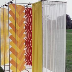 Gele gordijnstoffen buiten gefotografeerd in het Ploegpark - onbekend, Pictura (fotografie)