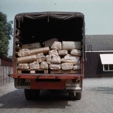 Vrachtwagen gevuld met stoffen bij magazijn Weverij De Ploeg - Pictura (fotografie), onbekend