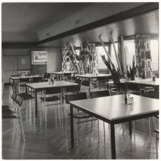 Bedrijfsrestaurant ingericht met Spectrum meubelen en gordijnen gemaakt van Ploegstoffen - Alveka (Den Haag), Pictura (fotografie)