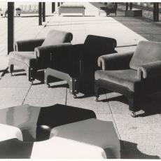 Drie fauteuils sz85 met krukjes dt13 buiten gefotografeerd - onbekend, Pictura (fotografie)