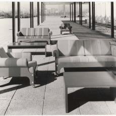 Fauteuils sz85 en banken bz85 met gestreepte stoffering buiten gefotografeerd - onbekend, Pictura (fotografie)