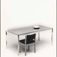Houten stoel se79 aan tafel te52 - Paul de Nooijer, Pictura (fotografie)