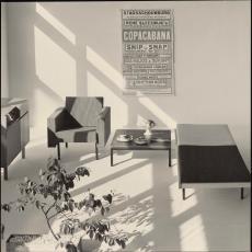Interieur met Spectrum meubelen en affiche Stadsschouwburg Utrecht - onbekend, Pictura (fotografie)