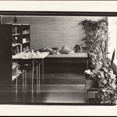 Interieur met bed, uitgeklapte wandkast en stoelen - onbekend