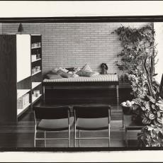 Interieur met bed/bank, wandkast en stoelen - onbekend