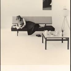 Interieur met lezende dame op bz01 bank - Jan Versnel, Pictura (fotografie)