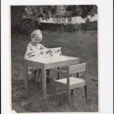 Kinderstoel 'Nijeveen' en kindertafel 'Nijland' - Jaap d' Oliveira (Amsterdam), Pictura (fotografie)