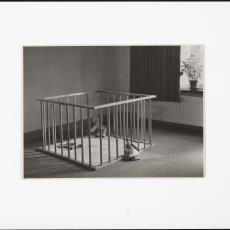 Vierkante houten babybox met spijlen - onbekend, Pictura (fotografie)