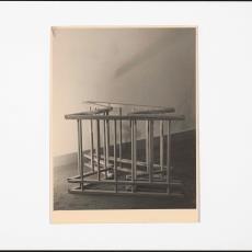 Deels ingeklapte houten kinderbox - onbekend, Pictura (fotografie)