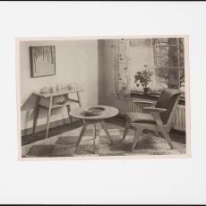 Interieur woonkamer ingericht met meubelen 'Sliedrecht', 'Bronbeek' en ''s-Gravendeel' - onbekend, Pictura (fotografie)
