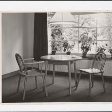 Interieur woonkamer met stoel 'Steenbergen' en 'Leerdam' - Pictura (fotografie), onbekend