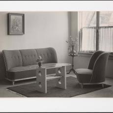 Interieur woonkamer met gestoffeerde meubels en salontafel - Pictura (fotografie), Jaap d' Oliveira (Amsterdam)