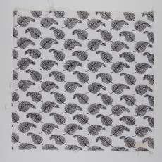 Stofstaal katoenen stof uit 'Multifesta-reeks' met dessin van veren die in een regelmatig patroon in het vlak gerangschikt zijn - Frans Dijkmeijer, Vlisco (Helmond), Weverij De Ploeg (Bergeijk)