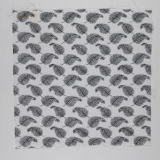 Stofstaal katoenen stof uit 'Multifesta-reeks' met dessin van veren die in een regelmatig patroon in het vlak gerangschikt zijn - Vlisco (Helmond), Frans Dijkmeijer, Weverij De Ploeg (Bergeijk)