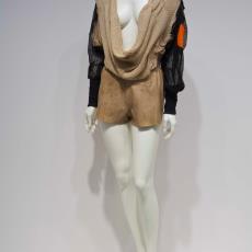 Gebreide top 'Orange tip' met leren korte broek, uit 'Request for landing', collectie lente-zomer 2011 - Audax Textielmuseum Tilburg, Conny Groenewegen