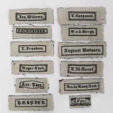 Textieletiket met namen van textielfabrikanten - Textielmuseum (Josefina Eikenaar), Weefschool Tilburg