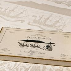 Gedenkdamast, uitgebracht ter gelegenheid van de stichting van Kaapstad door Jan van Riebeeck in 1652 - Kitty van der Mijll Dekker (Fischer-), Linnenfabrieken E.J.F. van Dissel & Zonen (Eindhoven), R. Wigboldus, Textielmuseum (Joep Vogels), Textielmuseum (Joep Vogels), Textielmuseum (Joep Vogels)