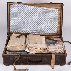 Vertegenwoordigerskoffertje met o.a. stalen damast, keuken- en kledingtextiel - Textielmuseum, H.H. Kolthof N.V., Textielmuseum