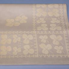 Tafellaken (geel-wit) met patroon van klavertje drie - Textielmuseum (Josefina Eikenaar), Linnenfabrieken E.J.F. van Dissel & Zonen (Eindhoven), Kitty (Fischer-) van der Mijll Dekker (toegeschreven)