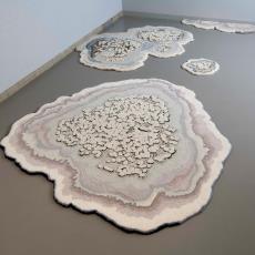 Getufte vloerobjecten uit de serie 'Muurschotelkorstmos' - Audax Textielmuseum Tilburg, Lizan Freijsen