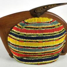 Theemuts met gestreept overtrek en een gestileerde houten sluiting - onbekend, Textielmuseum (registratiefoto)