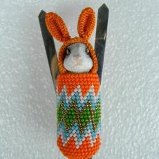 Broche 'Cradleboard Bunny' - Textielmuseum (registratiefoto), Felieke van der Leest