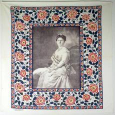 Gedenkdoek Koningin Wilhelmina, ter gelegenheid van haar 25-jarig regeringsjubileum - Leidsche Katoen Maatschappij (Leiden), Textielmuseum (registratiefoto)