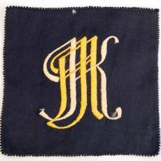 Embleem met monogram MK - onbekend, Textielmuseum (registratiefoto)