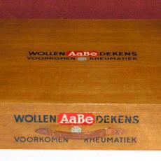 Monsterkist van AaBe met wolmonsters in diverse stadia van bewerking - Textielmuseum (registratiefoto), Textielmuseum (registratiefoto), Textielmuseum (registratiefoto), Textielmuseum (registratiefoto), Koninklijke AaBe Wollenstoffen- en Wollendekenfabrieken (Tilburg)