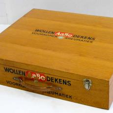 Monsterkist van AaBe met wol in diverse stadia van bewerking - Koninklijke AaBe Wollenstoffen- en Wollendekenfabrieken (Tilburg), Textielmuseum (registratiefoto), Textielmuseum (registratiefoto), Textielmuseum (registratiefoto), Textielmuseum (registratiefoto)